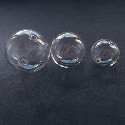Стеклянная сфера с двумя отверстиями